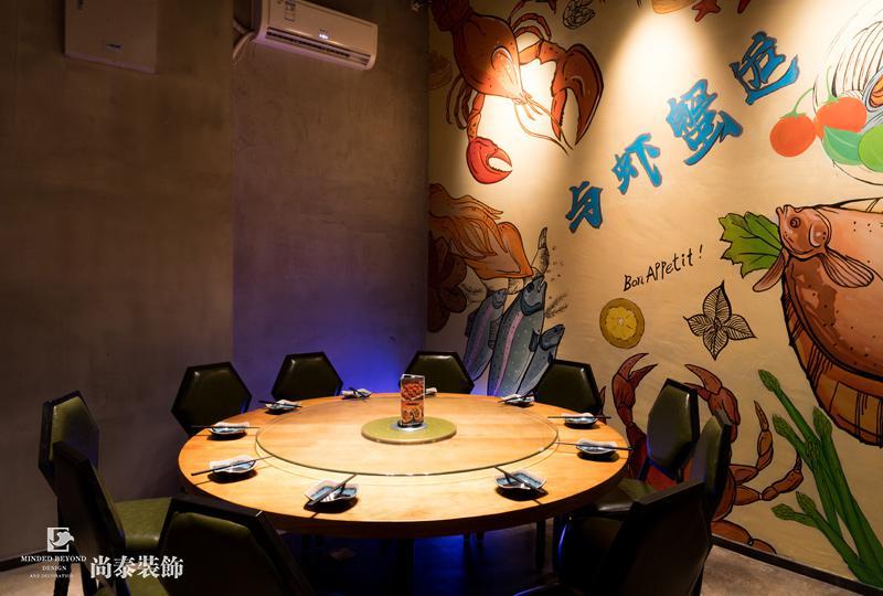 随着餐饮行业的发展,很多人逐渐转行做餐饮,例如很多明星都有自己的餐饮店。而这背后是因为餐饮行业属于暴利行业。而餐厅装修设计,最重要的是给消费者营造一个舒适的用餐环境,进而让消费者产生再次消费的冲动。 餐厅门头装修实景图  与虾蟹后餐厅选择了一个一层的商业街店铺。外面允许有外摆位是进入餐厅的一个等候区和休闲区,忙的时候也可以作为就餐区。店铺空间设置了前台,厨房,和大厅散座区,和种墙体和隔断柜划分卡座区空间。整体来讲,卡座区空间则以小而精致的布局为主,通过隔断增加私密性,营造温馨氛围。 收银台装修实景图